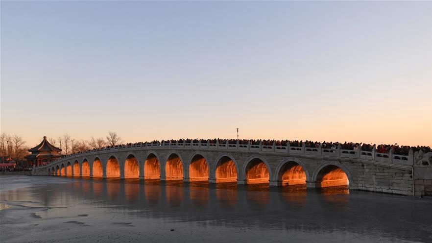"""颐和园十七孔桥现""""金光穿洞""""美景"""
