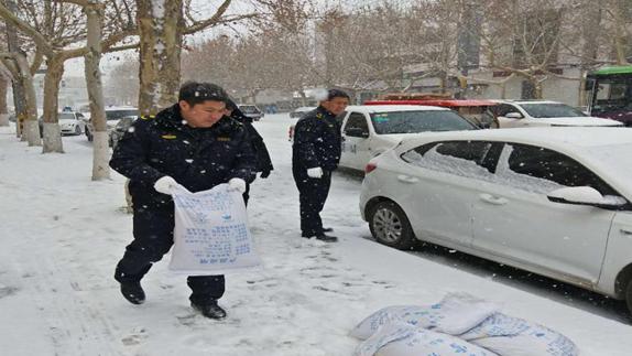 突降大雪 雄安雄县城管大队化雪除冰确保群众出行安全