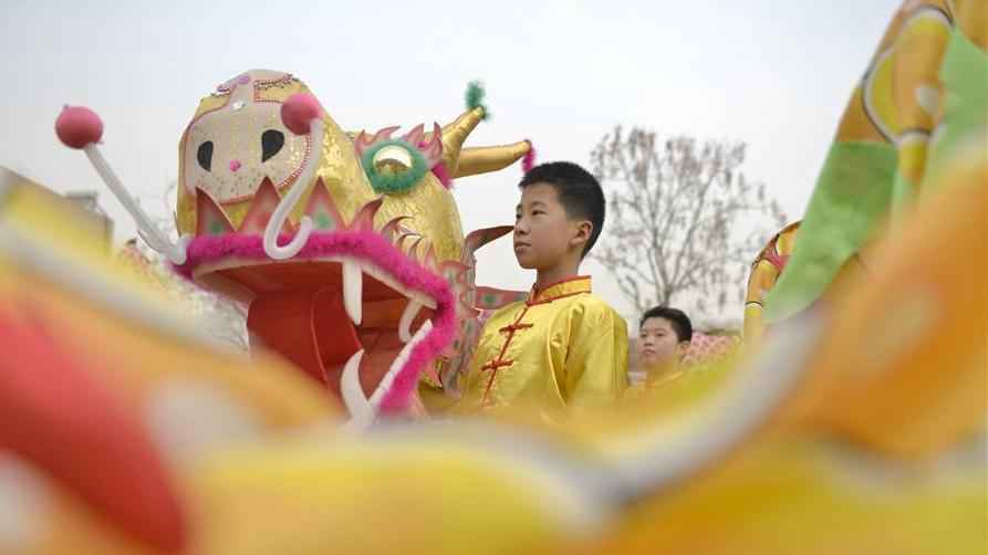 河北邢台:舞龙炫动校园