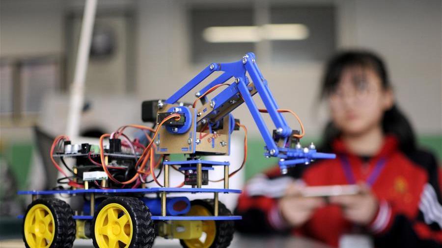 河北邢台:青少年机器人竞赛显身手