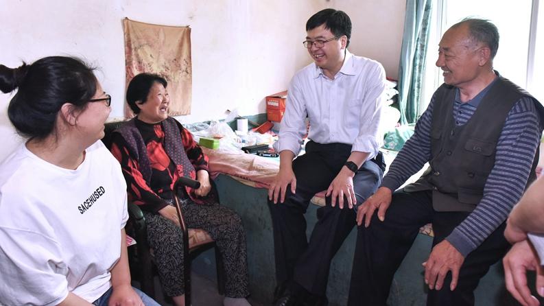 陈刚到容城县河西村看望群众并调研征迁安置工作时强调 让老百姓与新区共成长 共享未来之城发展红利
