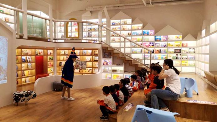 全国新华发行集团代表团观摩容城新华书店