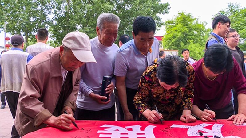 支持雄安征迁 容城县龚庄村河西村村民积极签名留念