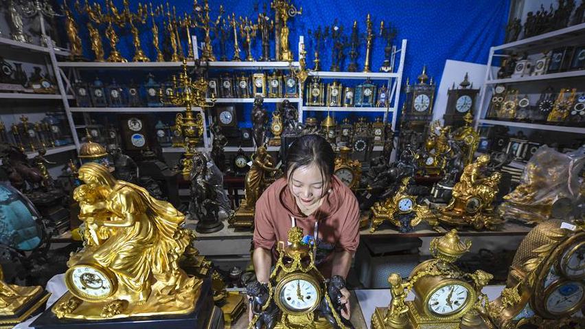 河北景县:工艺钟表创新产品闯市场