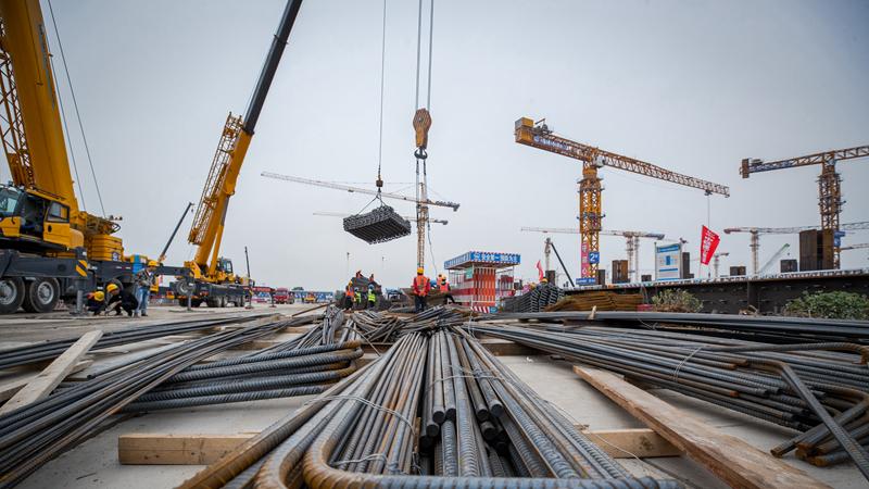 国庆期间 京雄城际铁路雄安站建设者坚守岗位争分夺秒