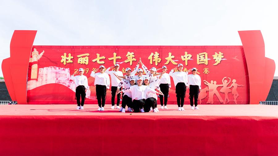 雄安北剧飘雪曳舞队参赛舞蹈《红红国门放光彩》