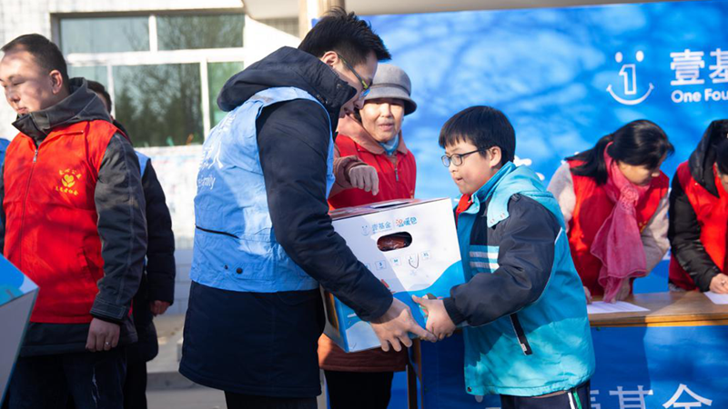 雄安新区向困境儿童发放800套温暖包