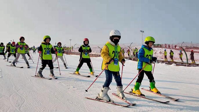 雄安新区首届中小学生滑雪冬令营在保定举行