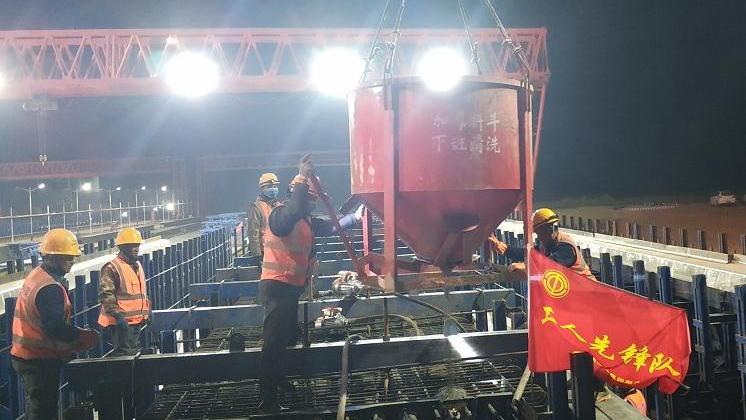 荣乌新线南拒马河特大桥首片预制箱梁完成浇筑