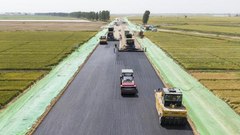 雄安新区起步区2号、3号交通运输通道标段项目完成AC-20C沥青下面层试验段摊铺