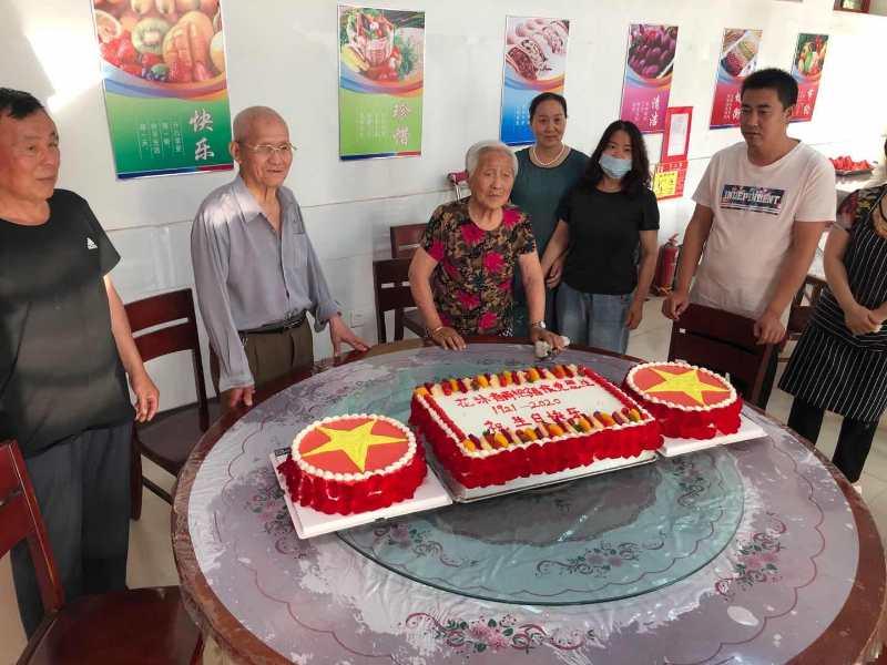 雄县民政事业服务中心为两名老党员庆生