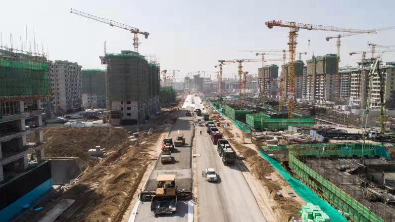看建雄安丨雄安新区容东片区管廊RDSG-4标段N6、E1路进入沥青摊铺阶段