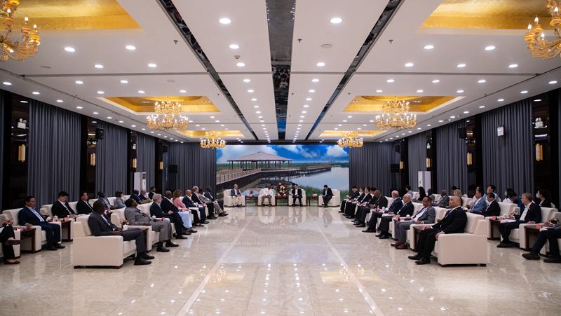 5月11日 张国华会见外国驻华使节代表团一行