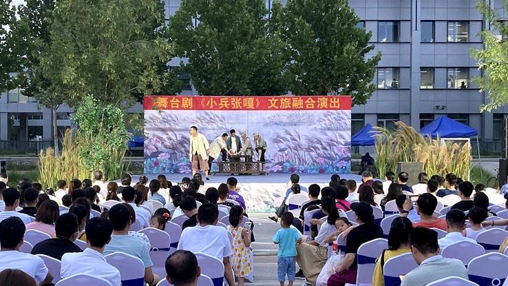 文旅融合红色革命故事舞台剧《小兵张嘎》在雄安市民服务中心演出