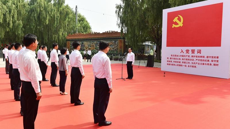 张国华带领新区党员领导同志参观白洋淀雁翎队纪念馆并重温入党誓词