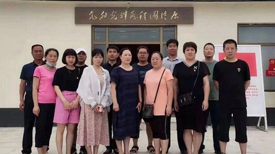 """安新县融媒体中心组织党员干部参观""""党的光辉历程""""图片展"""