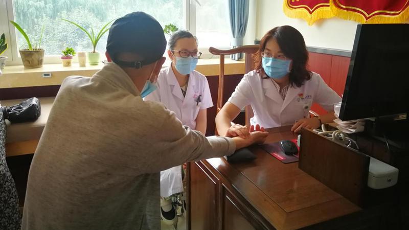 """中日友好医院""""辛育龄小分队""""在容城县人民医院开展义诊活动"""