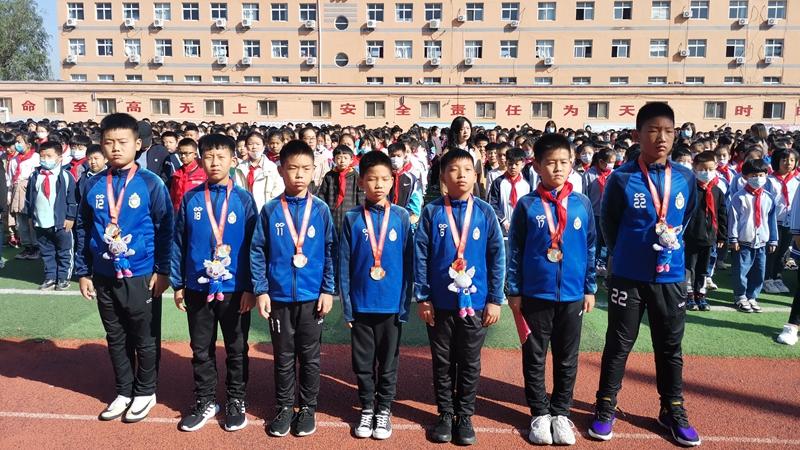 安新县对这场青少年足球赛获亚军的雄安小球员给予表彰